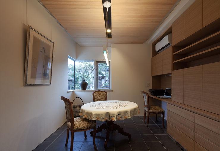 ISDアーキテクト一級建築士事務所 Modern media room Wood White