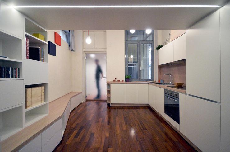 Ingresso e angolo cottura Okapi Cucina moderna