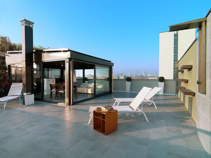Attico in centro a Milano D3 Architetti Associati Balcone, Veranda & Terrazza in stile industriale