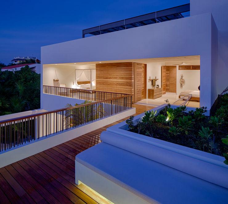 Casa Xixim Specht Architects Balcones y terrazas de estilo tropical