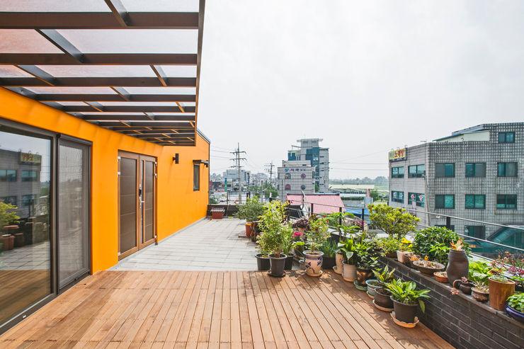 덕산 W-Building JYA-RCHITECTS 모던스타일 발코니, 베란다 & 테라스