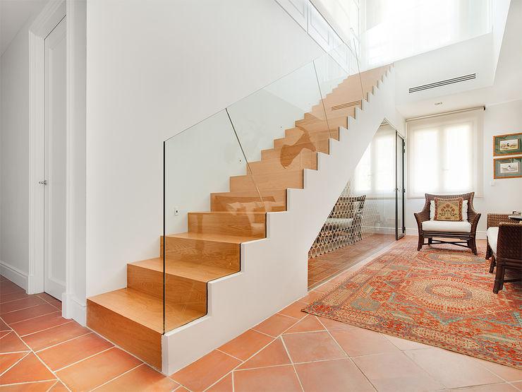 Serrano Suñer Arquitectura Classic style corridor, hallway and stairs