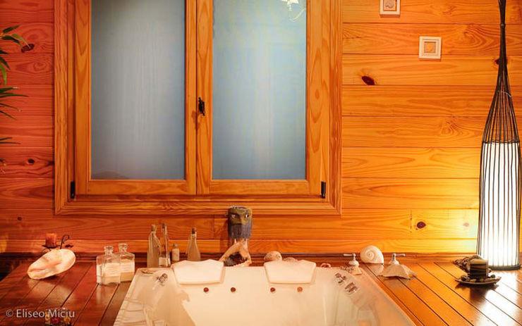 Patagonia Log Homes - Arquitectos - Neuquén Phòng tắm phong cách đồng quê Gỗ Wood effect