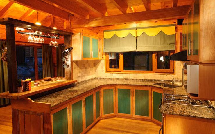 Patagonia Log Homes - Arquitectos - Neuquén Cucina rurale Legno Effetto legno