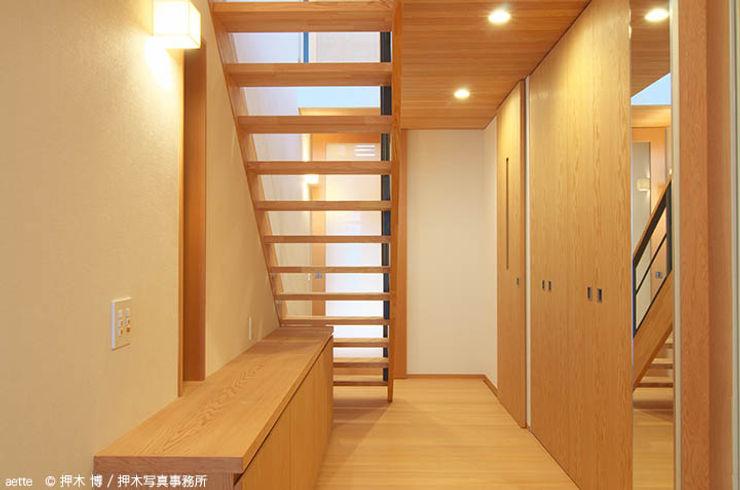 竹内建築デザインスタジオ Eclectic style corridor, hallway & stairs