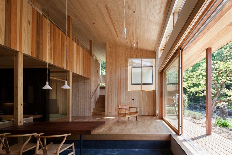 リビング吹き抜け HAN環境・建築設計事務所 モダンデザインの リビング 木 木目調