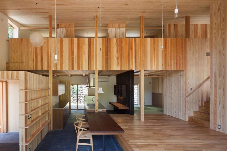 1階吹き抜けを介して2階プライベートスペースを見る HAN環境・建築設計事務所 モダンデザインの リビング 木 木目調