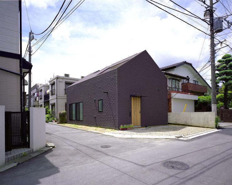 シミズアトリエ 一級建築士事務所 Minimalist houses Rubber Brown