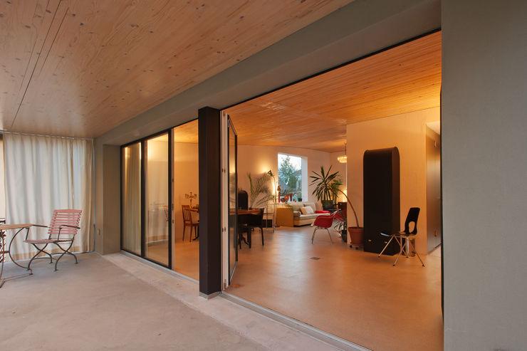 Umbau EFH Geisterweg LENGACHER EMMENEGGER PARTNER AG Moderner Balkon, Veranda & Terrasse