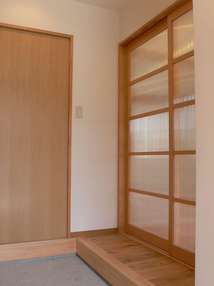 鶴巻デザイン室 Minimalist corridor, hallway & stairs