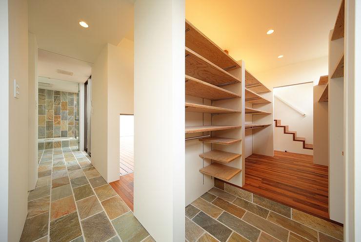 一級建築士事務所haus Pasillos, vestíbulos y escaleras de estilo asiático