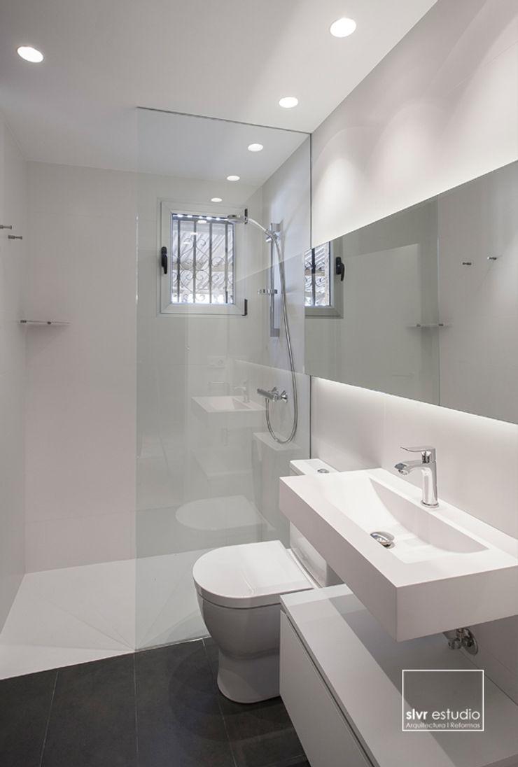 slvr estudio Minimalist bathroom
