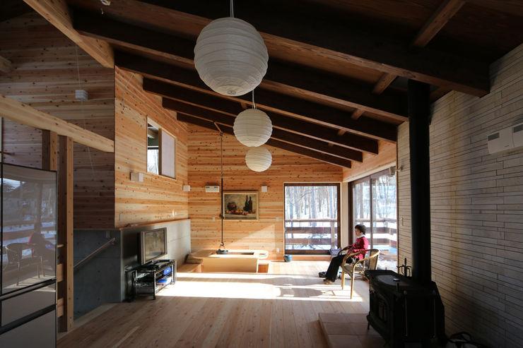 光が射す自然素材のリビング 一級建築士事務所 クレアシオン・アーキテクツ 北欧デザインの リビング
