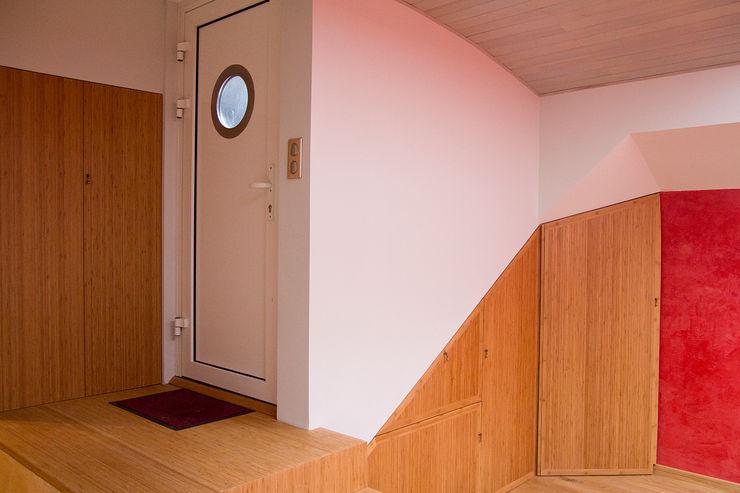 Entrée dans la cale de la péniche transformée en habitation Batbau'bio Couloir, entrée, escaliers classiques