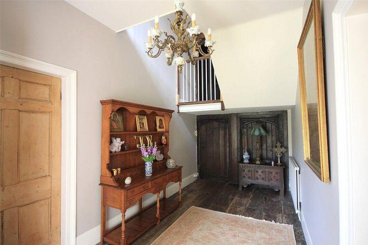 Country House in Tenterden Bandon Interior Design Pasillos, halls y escaleras rurales