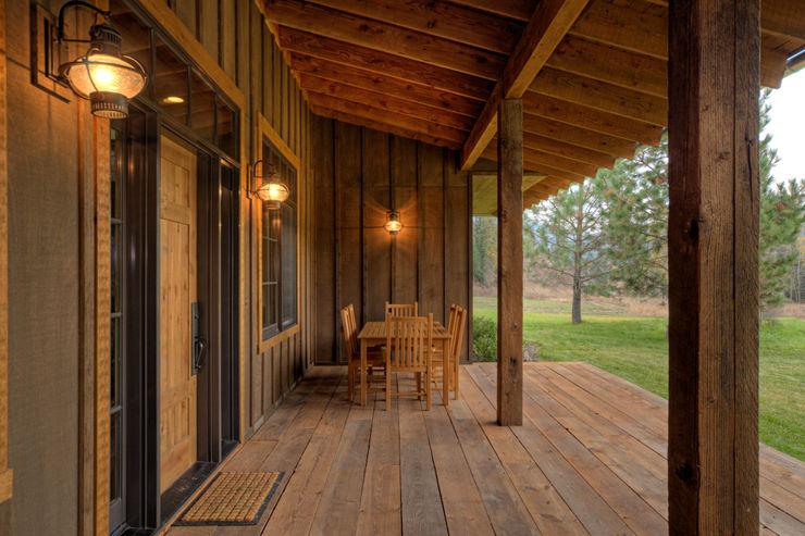 Lucky 4 Ranch Uptic Studios Casas de estilo rústico