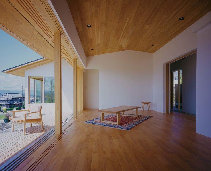 リビングと庭からの陽光 株式会社 建築工房en 北欧デザインの リビング