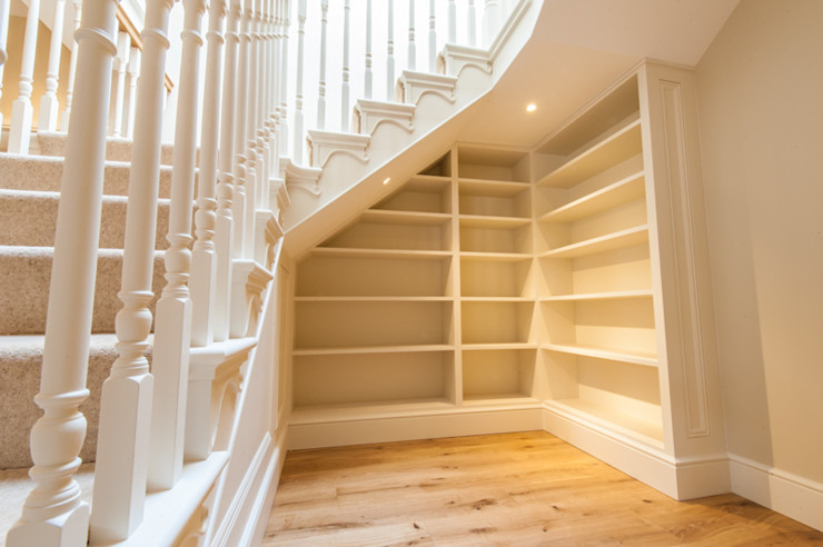 Traditional Cut String painted staircase with an Oak Handrail and carved Brackets. Buscott Woodworking Pasillos, vestíbulos y escaleras clásicas