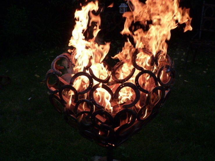 flammendes Herz 3D aus Hufeisen HufeisenGlück GartenFeuerplätze und Grill