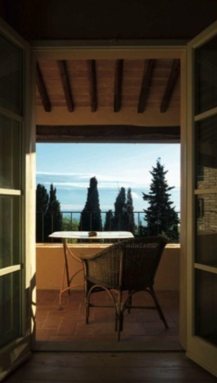 Loggia Studio Mazzei Architetti Balcone, Veranda & Terrazza in stile classico