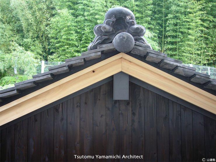 山道勉建築 Asian style garage/shed Wood Black