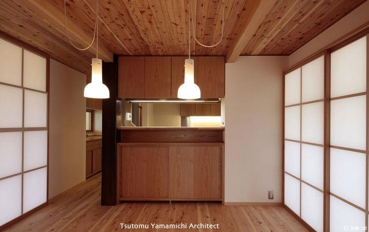 山道勉建築 Asian style dining room Wood Wood effect