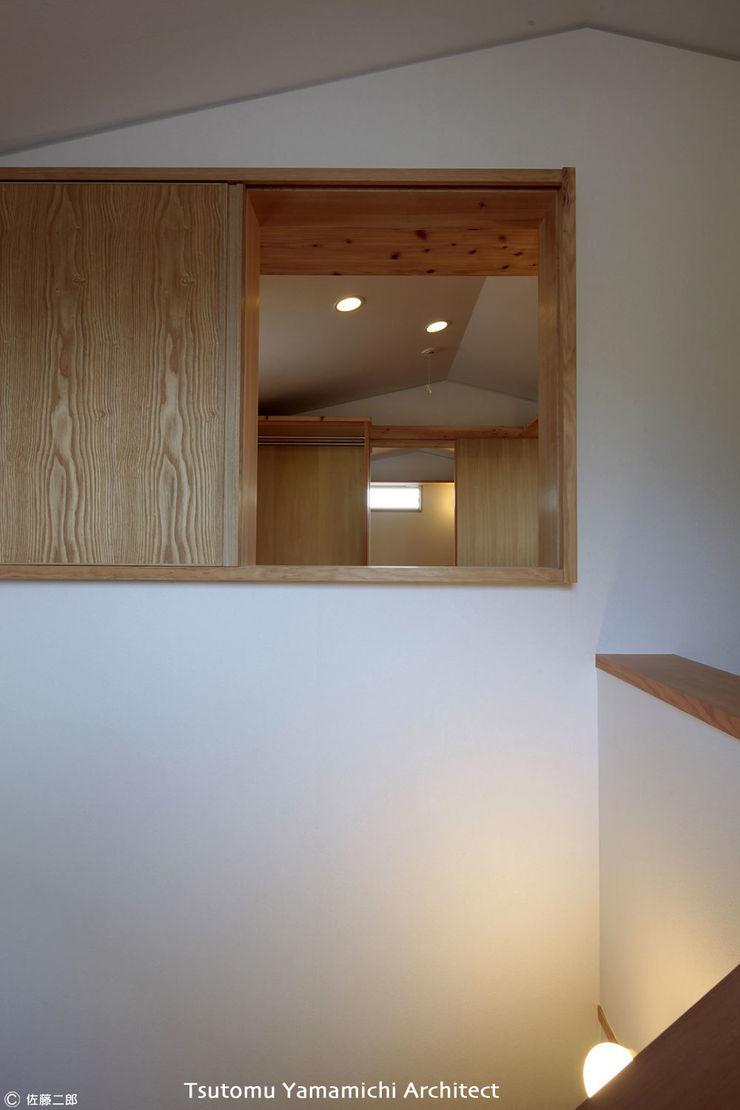 山道勉建築 Asian corridor, hallway & stairs Wood White