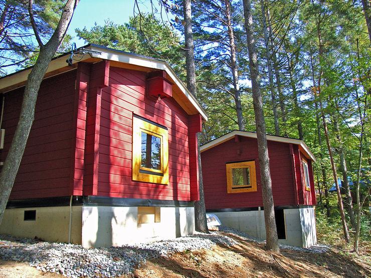 Bird House Lodge in Woods, Japan Cottage Style / コテージスタイル Garajes de estilo rural Madera Rojo