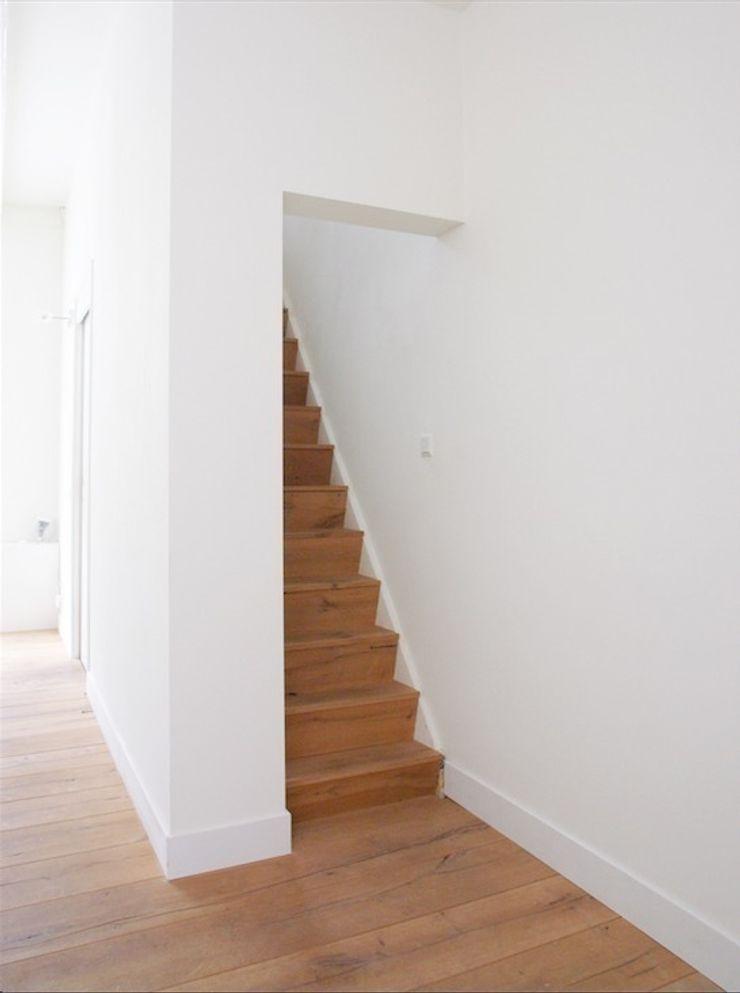 Woonkamer met zicht naar de trap ontwerpplek, interieurarchitectuur Moderne gangen, hallen & trappenhuizen