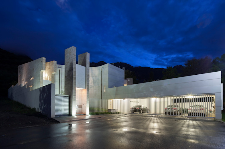 Acceso Principal y cochera PLADIS Casas modernas
