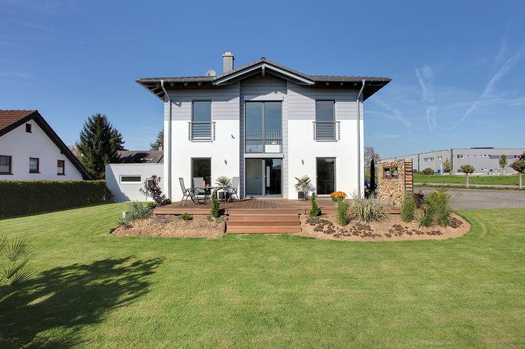 BRAVUR 400 - Die Stadtvilla mit Zeltdach homify Einfamilienhaus