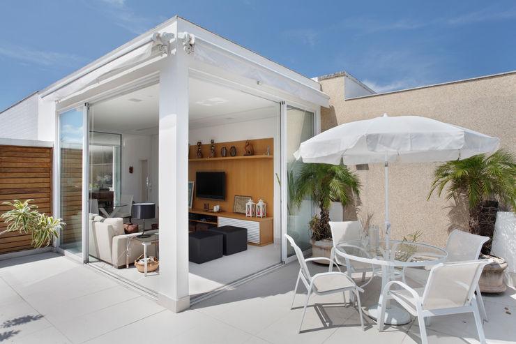 Cobertura Jardim Oceânico Carolina Mendonça Projetos de Arquitetura e Interiores LTDA Varandas, alpendres e terraços modernos
