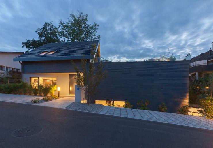 Eingang Wohnhaus bei Dämmerung von Mann Architektur GmbH Moderne Häuser