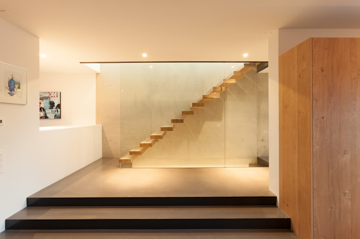 Treppe Eg - OG von Mann Architektur GmbH Moderner Flur, Diele & Treppenhaus