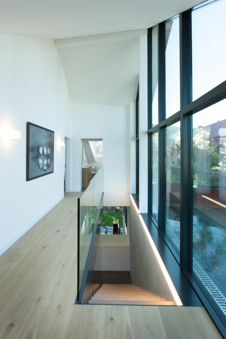 Vorraum Obergeschoss - Ausgang Dachterrasse von Mann Architektur GmbH Moderner Flur, Diele & Treppenhaus