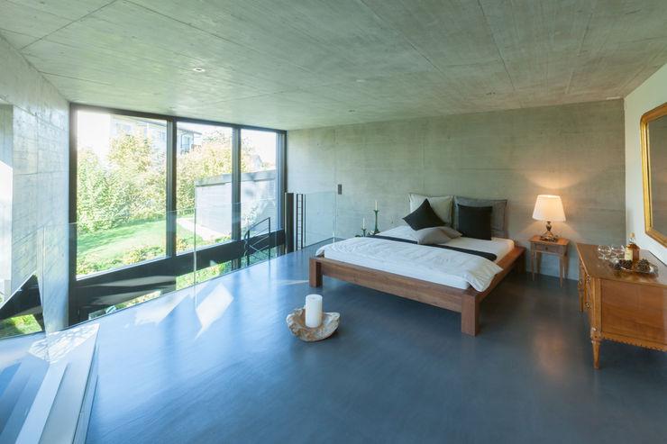 Galeriezimmer von Mann Architektur GmbH Moderne Schlafzimmer