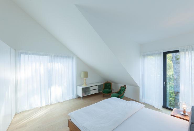 Obergeschoss: Schlafzimmer von Mann Architektur GmbH Moderne Schlafzimmer