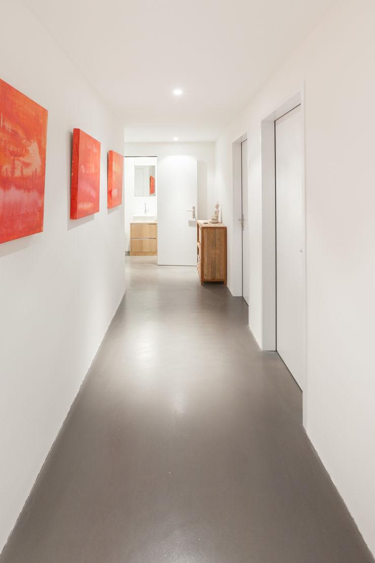 Gang Untergeschoss von Mann Architektur GmbH Moderner Flur, Diele & Treppenhaus