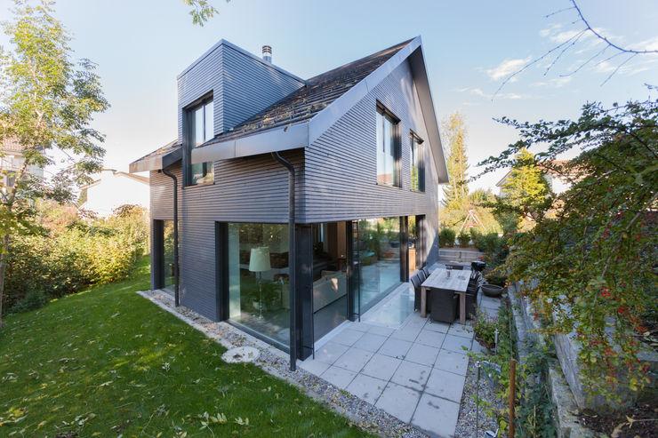 Südterrasse / Bachseite von Mann Architektur GmbH Moderne Häuser