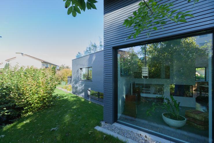 Garten Bachseite von Mann Architektur GmbH Moderne Häuser