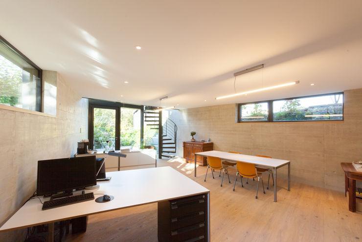 Atelier mit eigenem Eingang von Mann Architektur GmbH Moderne Geschäftsräume & Stores