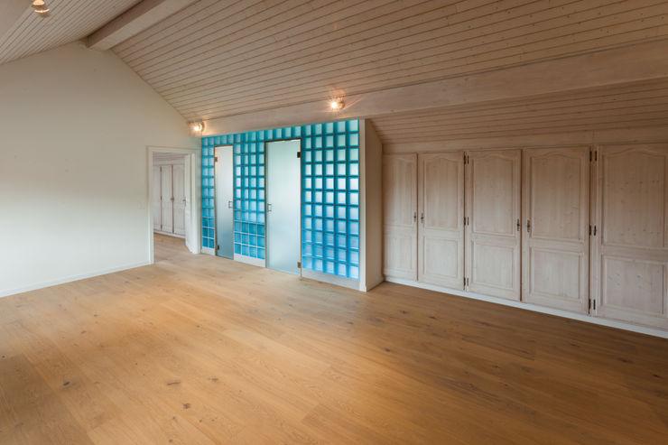 Dachraum mit eingeschobenem Badezimmer in italienischen Glasbausteinen von Mann Architektur GmbH Moderne Arbeitszimmer