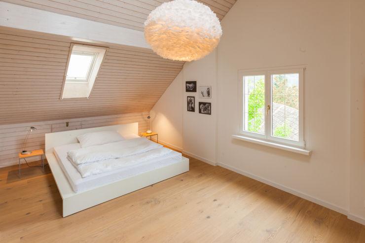 Schlafzimmer Dachgeschoss von Mann Architektur GmbH Moderne Schlafzimmer