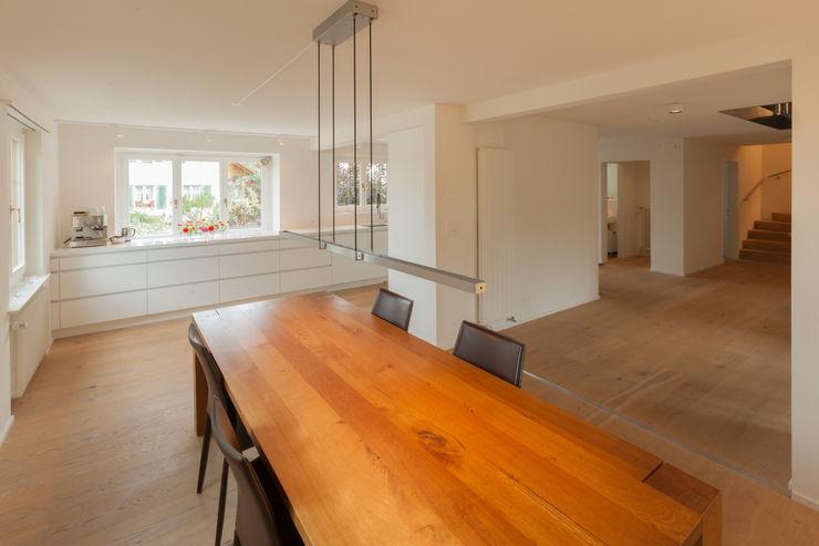 Essen - Küche von Mann Architektur GmbH Moderne Esszimmer