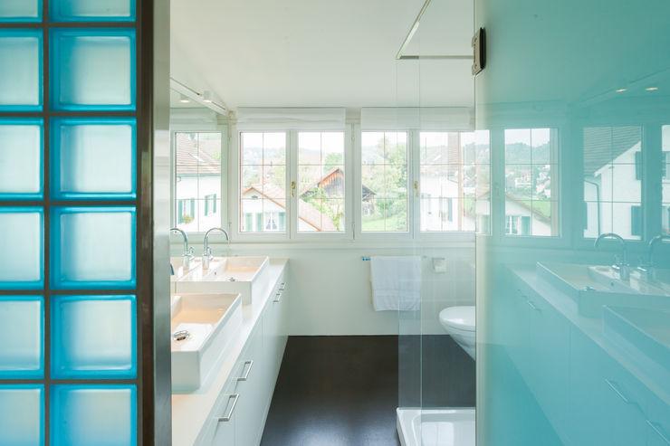 Badezimmer Dachgeschoss von Mann Architektur GmbH Moderne Badezimmer