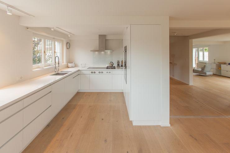 Offene Küche von Mann Architektur GmbH Moderne Küchen