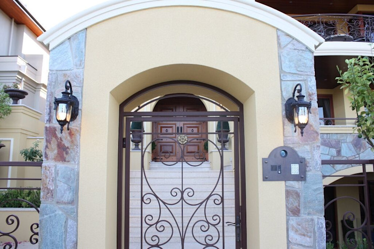 Wall Lanterns are an ideal solution for lighting up an entrance way Shine Lighting Ltd 庭院