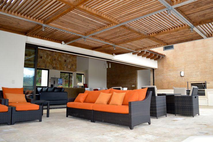 Terraza cubierta con pérgola de madera. Revah Arqs Balcones y terrazas modernos