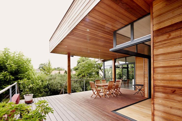 EXTENSION MAISON M33 Cendrine Deville Jacquot, Architecte DPLG, A²B2D Balcon, Veranda & Terrasse modernes
