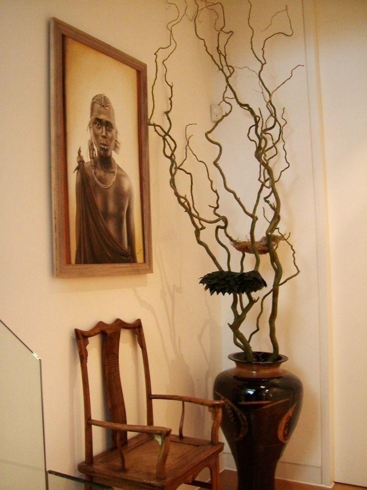 Landing with African Art and floral artpiece Space Alchemy Ltd Eclectische gangen, hallen & trappenhuizen